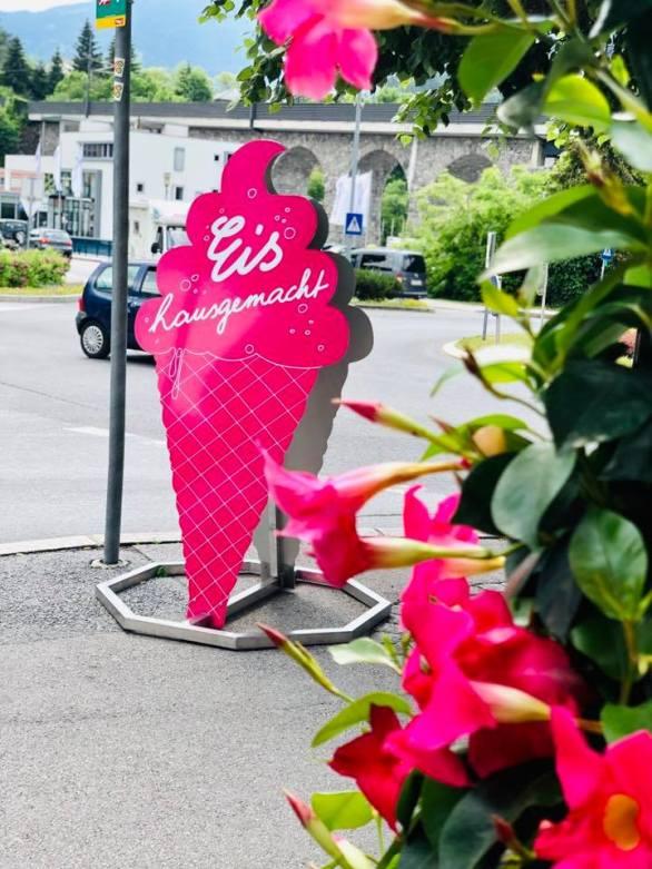 Landeck-Eis-hausgemacht-Stadtcafe-Sonnenterrasse-Blumen-pink
